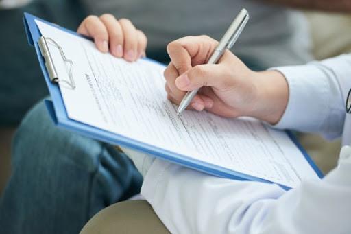 در هنگام تماس با مراکز درمانی برای ثبت درخواست ارجاع متخصص داخلی به منزل چه اطلاعات خاصی باید به کارشناسان ارائه شود؟