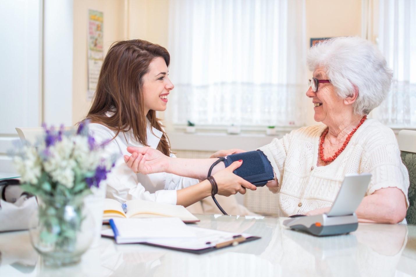 •در هنگام ویزیت پزشک در منزل بیمار چه نکاتی را باید رعایت کند؟
