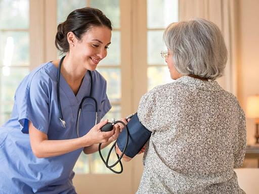 قابل ذکر است که به طور کلی پزشک باید یک سری اخلاقیات و قوانین را رعایت کند. برخی از این نکات به شرح زیر می باشد:
