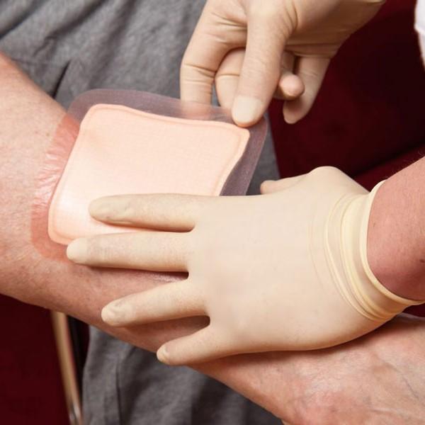 پرستاری که برای پانسمان زخم بستر به منزل بیمار مراجعه می کند از چه توانایی هایی باید برخوردار باشد؟